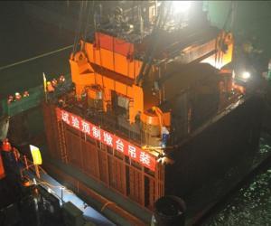港珠澳大桥埋置承台足尺试验研究项目预制墩台吊装成功