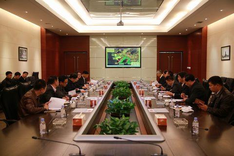 长兴岛经济区海洋与渔业局局长张秋向调研组汇报了恒力石化炼化一体化