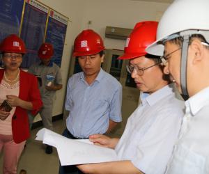 来宾市人民政府梁朝副秘书长检查下六甲水电站防汛工作
