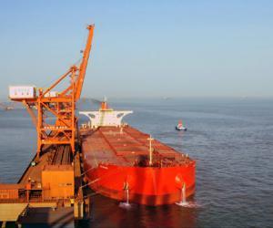 曹妃甸港上演大船大港的国际速度