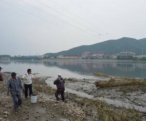 """吉林市水利局在松花江市区段开展""""绝户网""""等违规渔具专项清理整治行动"""