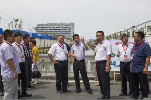7月18日下午,实地看进度、围桌谈感触、共促水清流 ——区人大常委会开展《上海市环境保护条例》执法检查