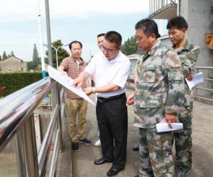 7月11日上午,区武装部部长侯永文率队勘察黄浦江干流段防汛隐患风险点