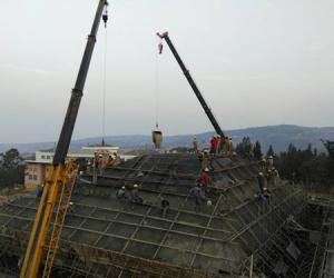 卢旺达基加利大学建筑与环境设计学院项目最后一个坡屋顶顺利封顶