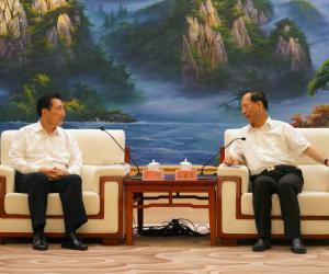 卢纯与宁夏回族自治区党委书记石泰峰举行会谈