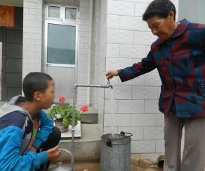 临洮:人大代表视察农村饮水安全工作