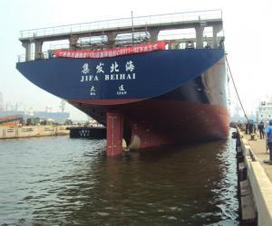 大连港自造第二艘集装箱船下水