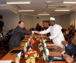 中国和喀麦隆签署3项合作协议