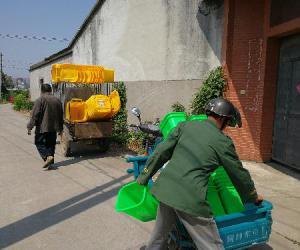 武原大刘村发放分类垃圾桶推进垃圾减量分类