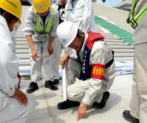 项目总部检查复核东人工岛主体建筑大台阶安装情况