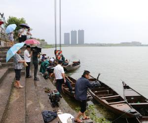 兰溪市渔政站对兰江年满65周岁渔民实施退捕政策